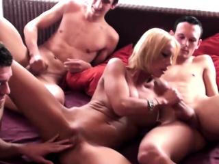 Geile MILF braucht Mating und laedt sich 3 Junge Typen ein