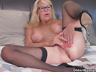 Kermis milf Bianca have a funny feeling fucks her adult pussy