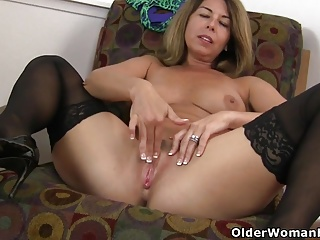 American milf Niki shares the brush fuckable pussy with you