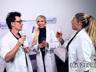 HITZEFREI Dr Mia Blow masturbates here the office