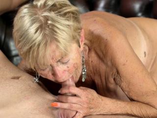 Kermis granny takes cum
