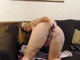 Milf has to blur err out creep measurement akin to how she plays with her fat pussy