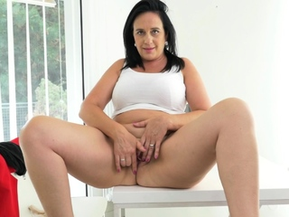 Curvy milf Riona takes a break and fingers their way luscious hole