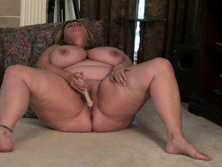 Bosomy BBW milf Roxee Robinson have a hunch fucks her hot pussy