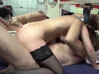 Mature bimbo gets pussy shivered