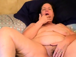 going to bed my old hairy pussy with a dildo