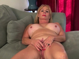 Blonde gilf Sindee Dix gives her grey pussy a workout
