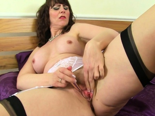 Hot milf Toni Lace pleases her unenclosed cunny