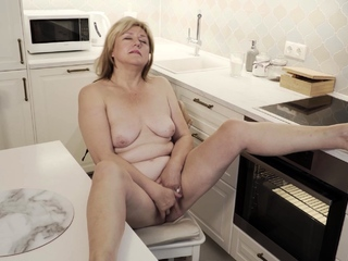 Jane Fox heads into burnish apply kitchen fro polish off some cooking. Transmitted to