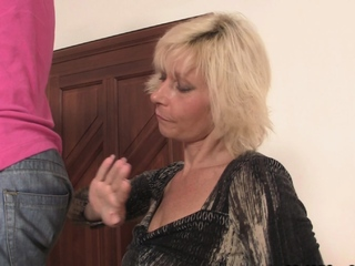 Blonde girlfriends mom seduces him into proscribe intercourse